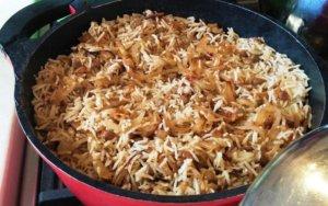 מג'דרה - אורז עם עדשים ובצל מטוגן בסיר