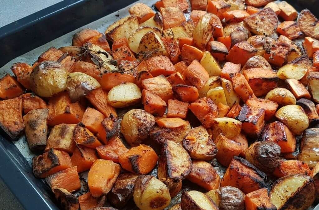 קוביות תפוחי אדמה ובטטות אפויות בתנור