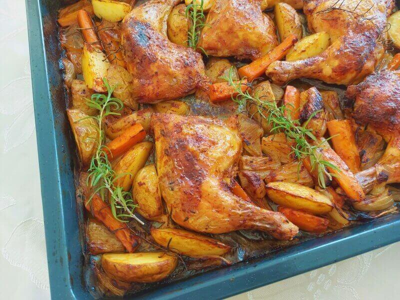 כרעי עוף בתנור עם תפוח אדמה וגזר