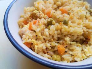 אורז מוקפץ עם ירקות ועוף