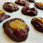 מטבעות שוקולד עם פירות מיובשים ואגוזים